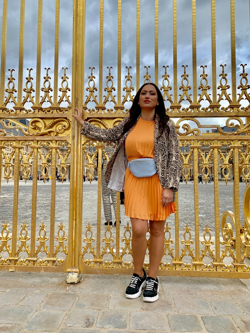 Whynot-shopper-blogger-vestido-naranja-plisado-moda-tendencia-primavera-verano-2019-riñonera-blazer-snake-animal-print-versalles