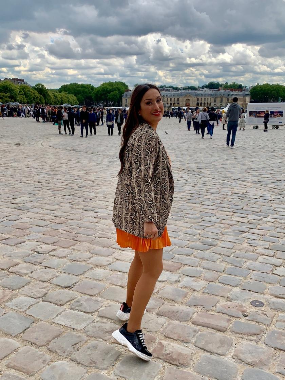Whynot-shopper-blogger-vestido-naranja-plisado-moda-tendencia-primavera-verano-2019-riñonera-blazer-snake-animal-print