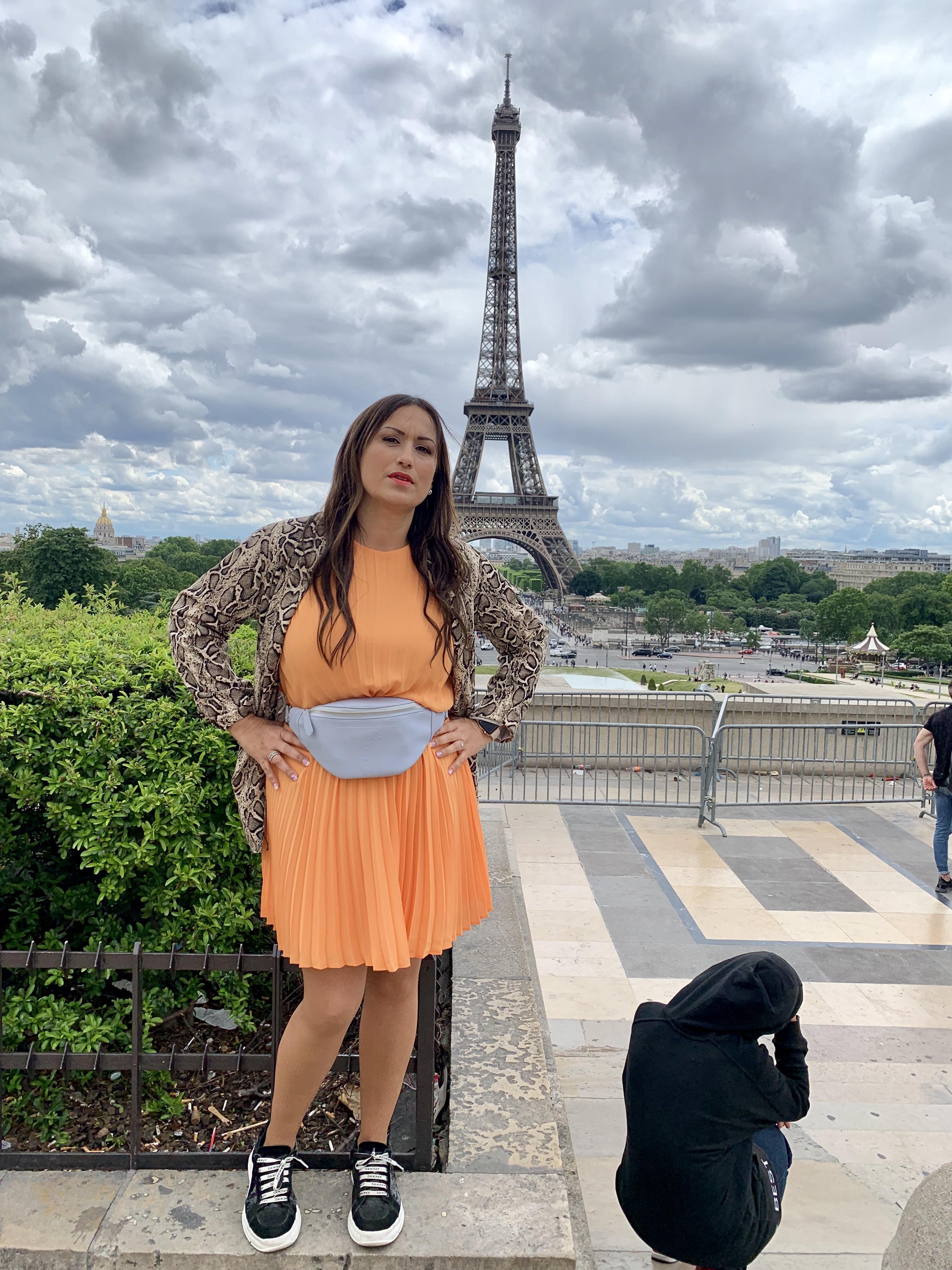 Whynot-shopper-blogger-vestido-naranja-plisado-moda-tendencia-primavera-verano-2019-riñonera-blazer-snake-animal-print-paris