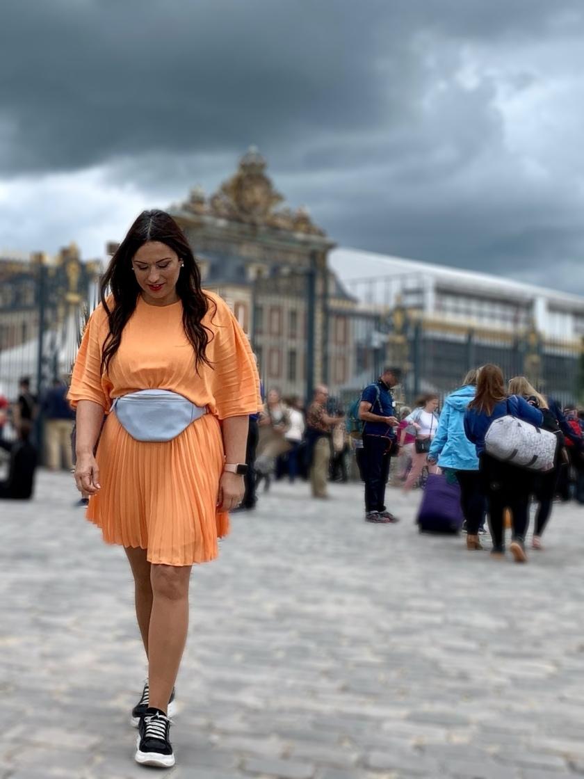 Whynot-shopper-blogger-vestido-naranja-plisado-moda-tendencia-primavera-verano-2019-riñonera-versalles