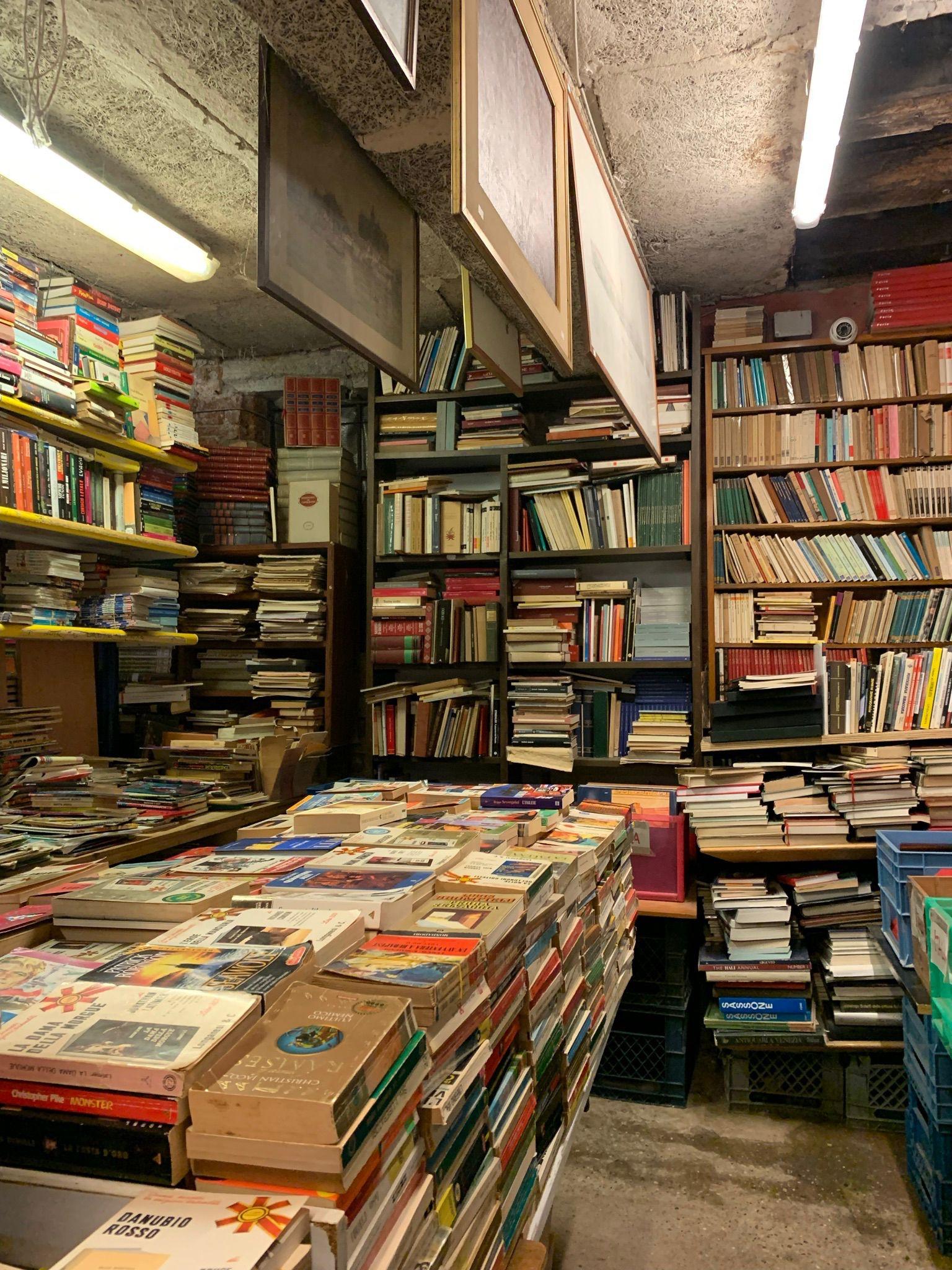 Libreria-acqua-alta-whynot-shopper-venecia-libros-segunda-mano-lifestyle-luigi-frizzo